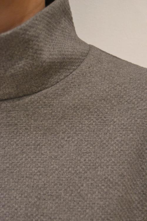 Jersey-gris-pinza-detalle | Elisa Muresan moda sostenible