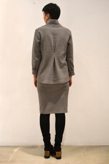Jersey-gris-pinza-espalda | Elisa Muresan ropa ecológica