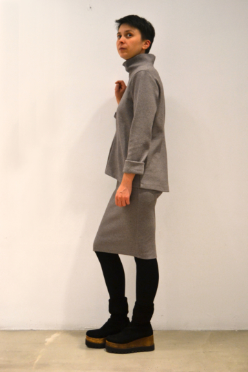 Jersey-gris-pinza-lateral | Elisa Muresan ropa ecológica