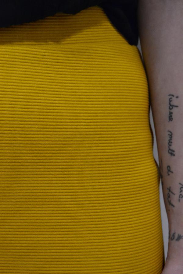 falda-corta-mostaza-detalle   Elisa Muresan ropa ecológica