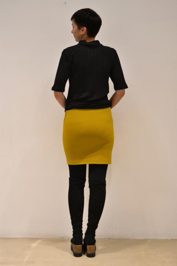 falda-corta-mostaza-espalda   Elisa Muresan moda sostenible
